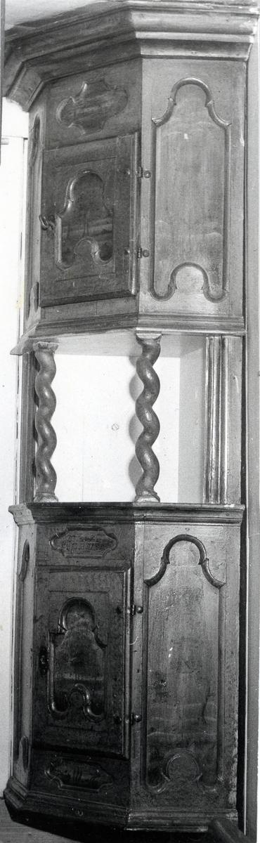 Roskåp av gamal type. Fossbråten i Nord-Aurdal frå 1700- åra.