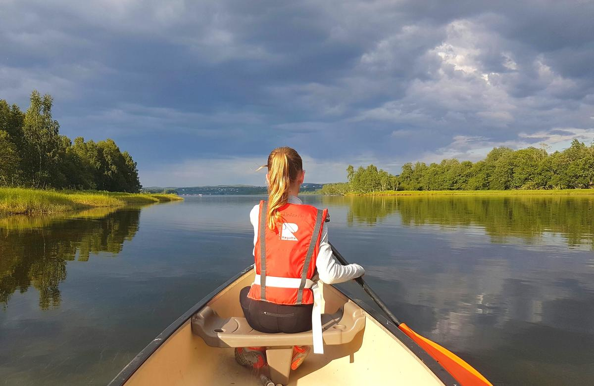 Jente som padler kano i Øyerendelta