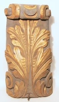 Konsol av skulpterat trä, målad i guld och blått.