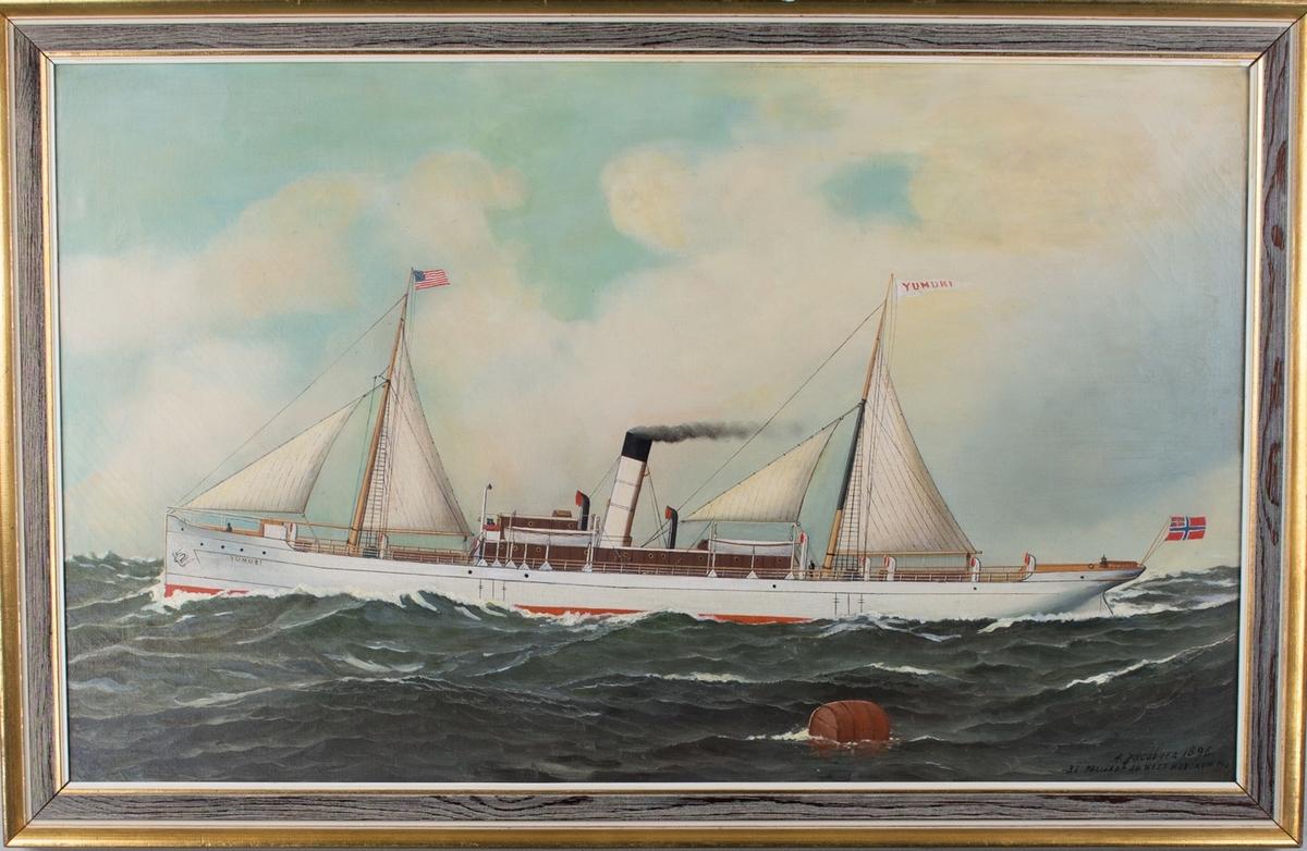 Skipsportrett av DS YUMURI under fart med seilføring. Amerikansk flagg i fremre mast og norsk unionsflagg i akter. Ser en brun sjøtønne som flyter i sjøen i nedre kant av motiv.