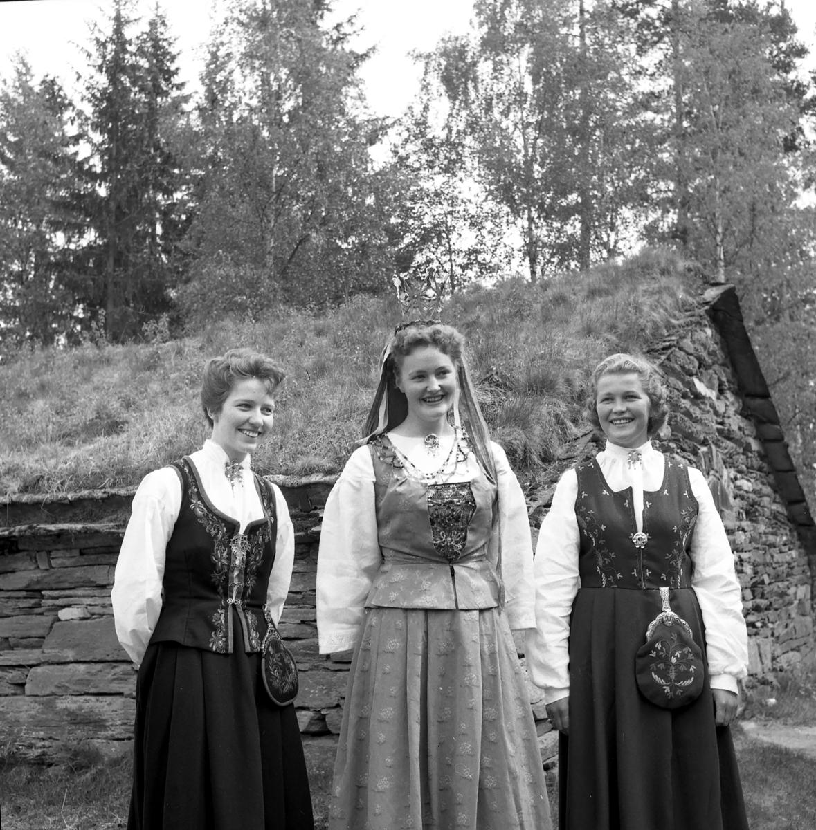 Glomdalsbruden Astrid Strypet fra Alvdal i midten sammen med ternene Aud Stenberg fra Grue (t.h.) og Hilda Eide fra Folldal,1958