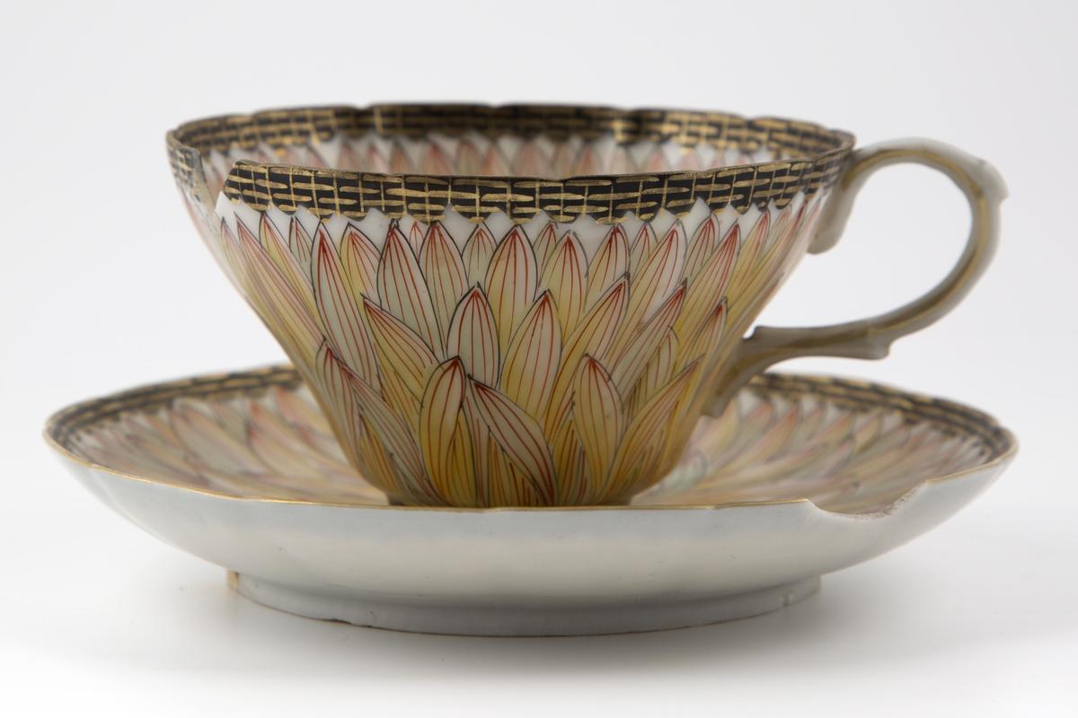 Tekopp med tilhørende fat, utført i porselen, dekorert med kantblomster (Foto/Photo)