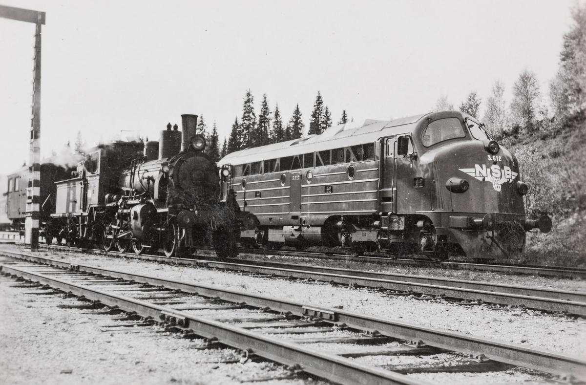 Gammel og ny tid møtes. NSBs diesellokomotiv type Di 3 612 til høyre og damplokomotiv 21c 370 på Harran stasjon.