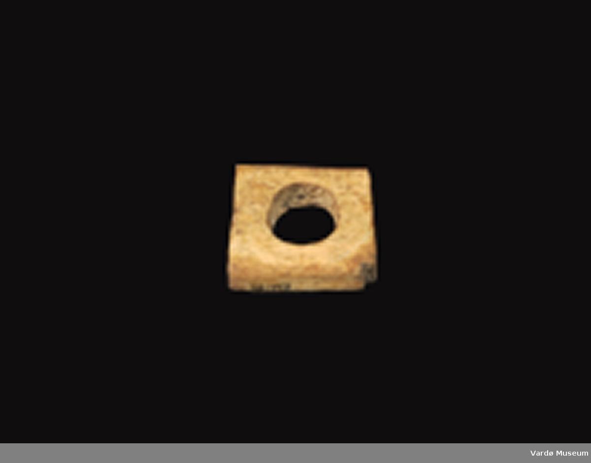 Firkantet og porøs, hull imidten på ca. 2,5 cm i diameter.