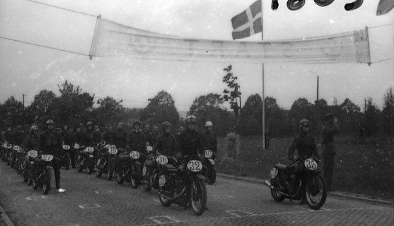 Motorcykeltävling på övningsfältet. Juneloppet.