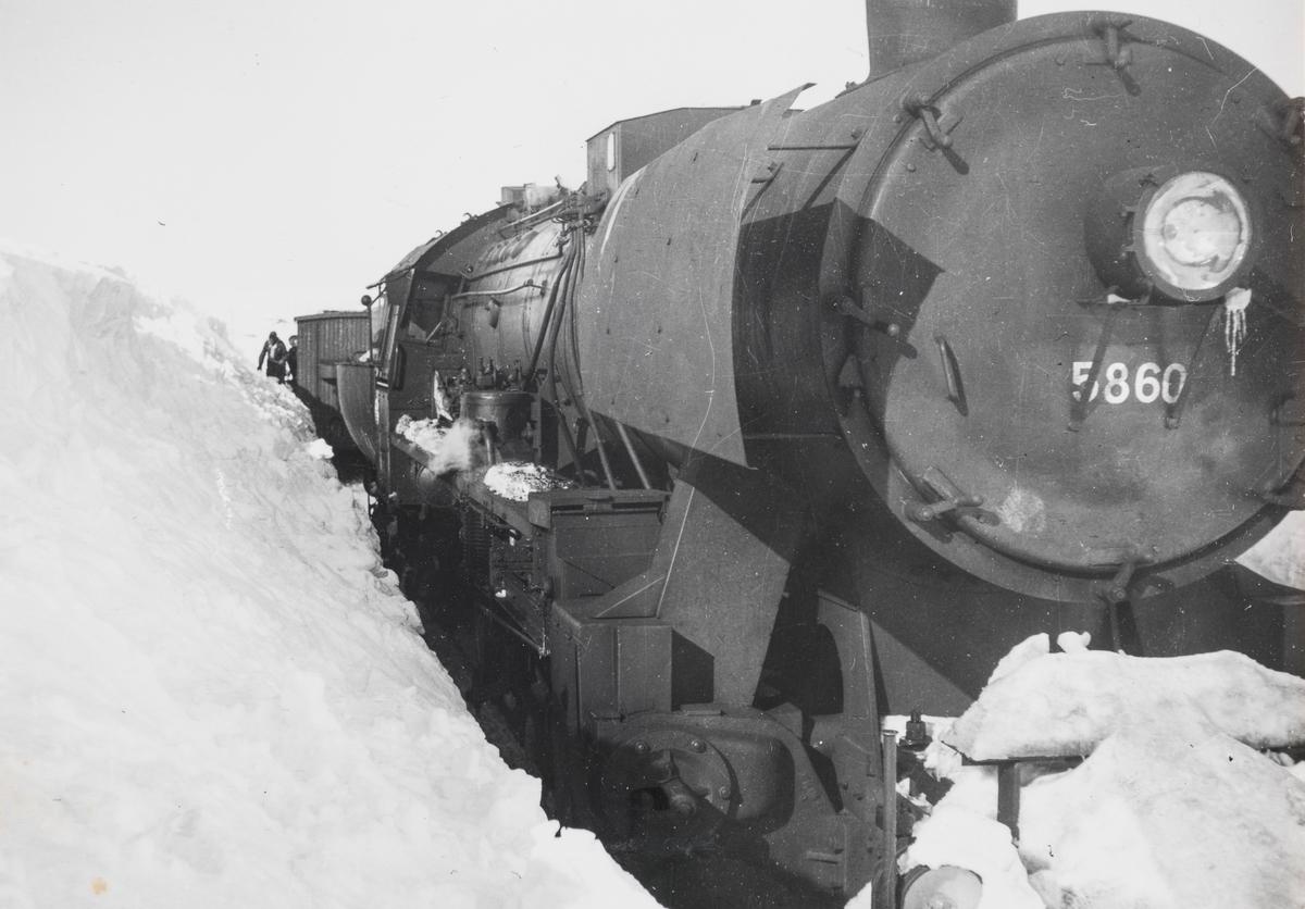 Snøryddingstog på Saltfjellet, trukket av damplokomotiv type 63a nr. 5860.