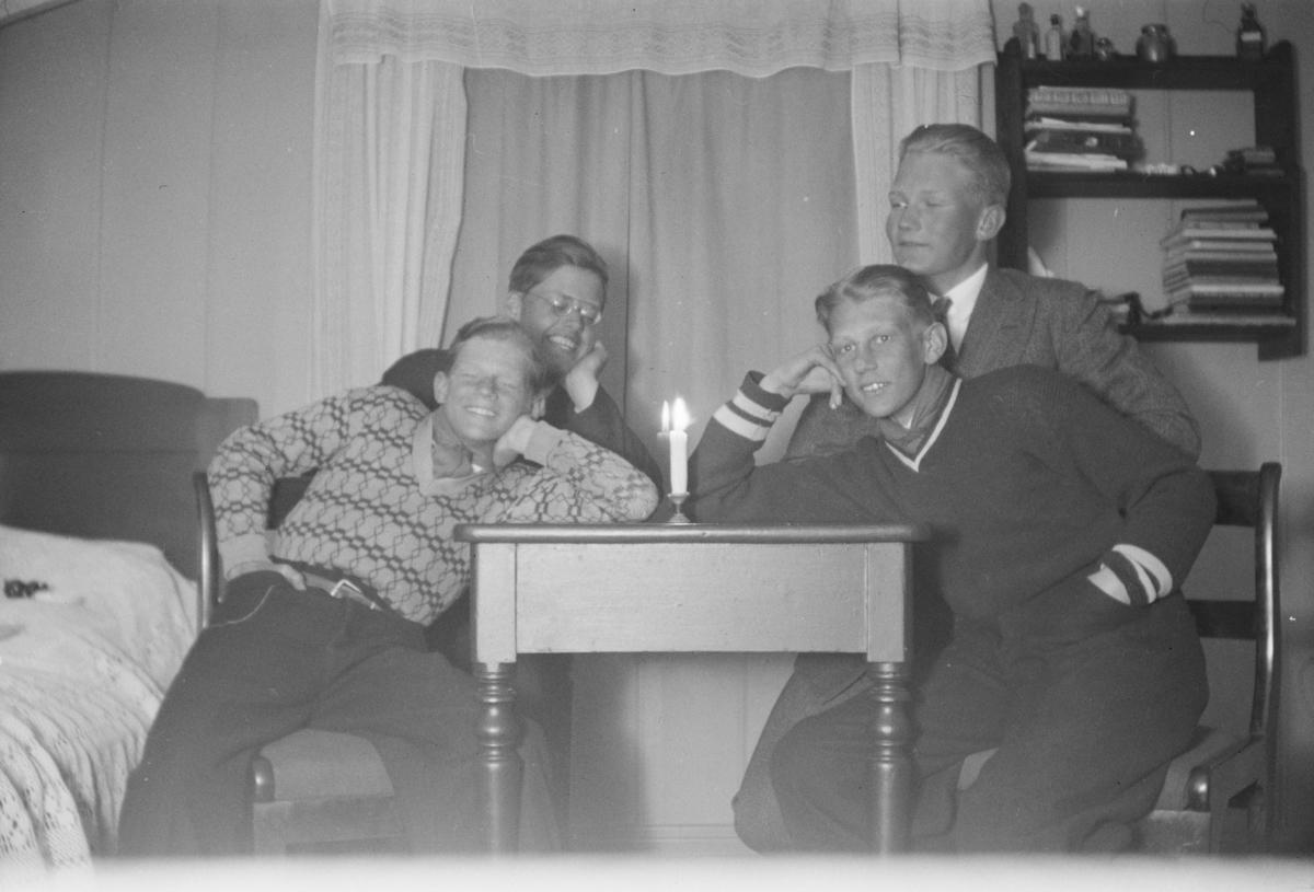 Fire gutter på et rom.