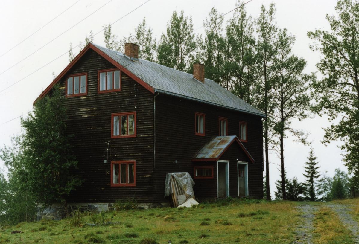 Dette er skulebygningen som vart taken i bruk i Byfelibygden, Etnedal, i 1940.