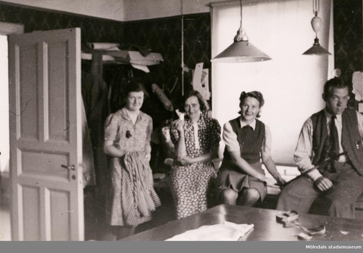 Paul Kristofferssons Skrädderi på Frölundagatan 20 i Mölndal, juli 1941. Skrädderiet startades år 1936. Från vänster ses Sonja Karlsson, Hilda Hallgren (f.d. Börjesson), Elna Kristoffersson och Paul Kristoffersson.