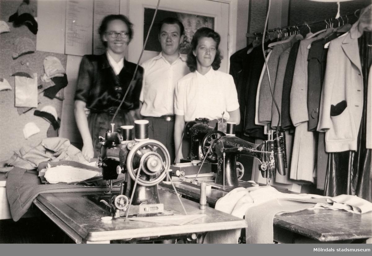 Paul Kristofferssons Skrädderi på Frölundagatan 20 i Mölndal, omkring 1945. Skrädderiet startades år 1936. Från vänster ses Stina Pettersson (dotter till Edvin Pettersson, Mölndals Glasmästeri), Paul Kristoffersson och Rut Jansson.