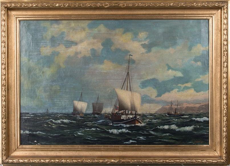 Skipsbilde av nordlandsjekter under seil i grov sjø langs norskekysten. Ser flere av mannskapet samt last. Skipet fører norsk handelsflagg med svensk-norsk unionsmerke. I høyre side av motiv sees et dampskip.