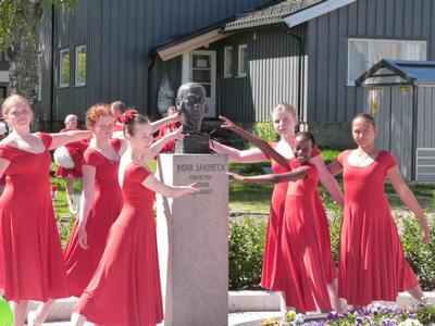 Dansere rundt Sandbeckbyste
