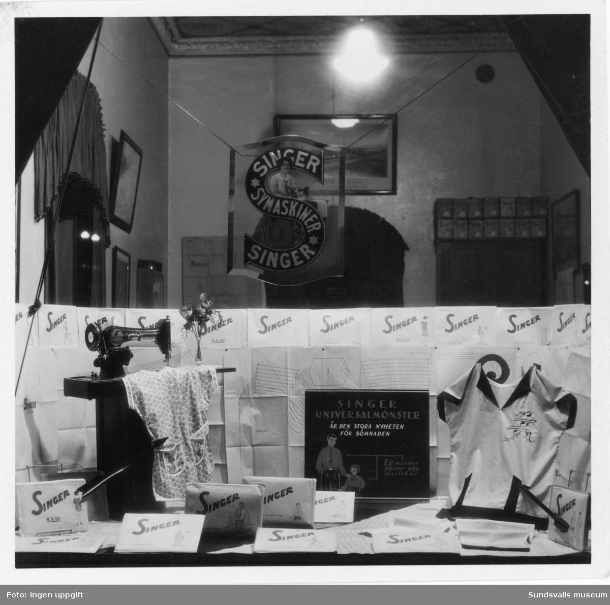Skyltfönster med Singer symaskiner, butiken i kv Hälsan 6, Storgatan 26, Sundsvall. 1931.