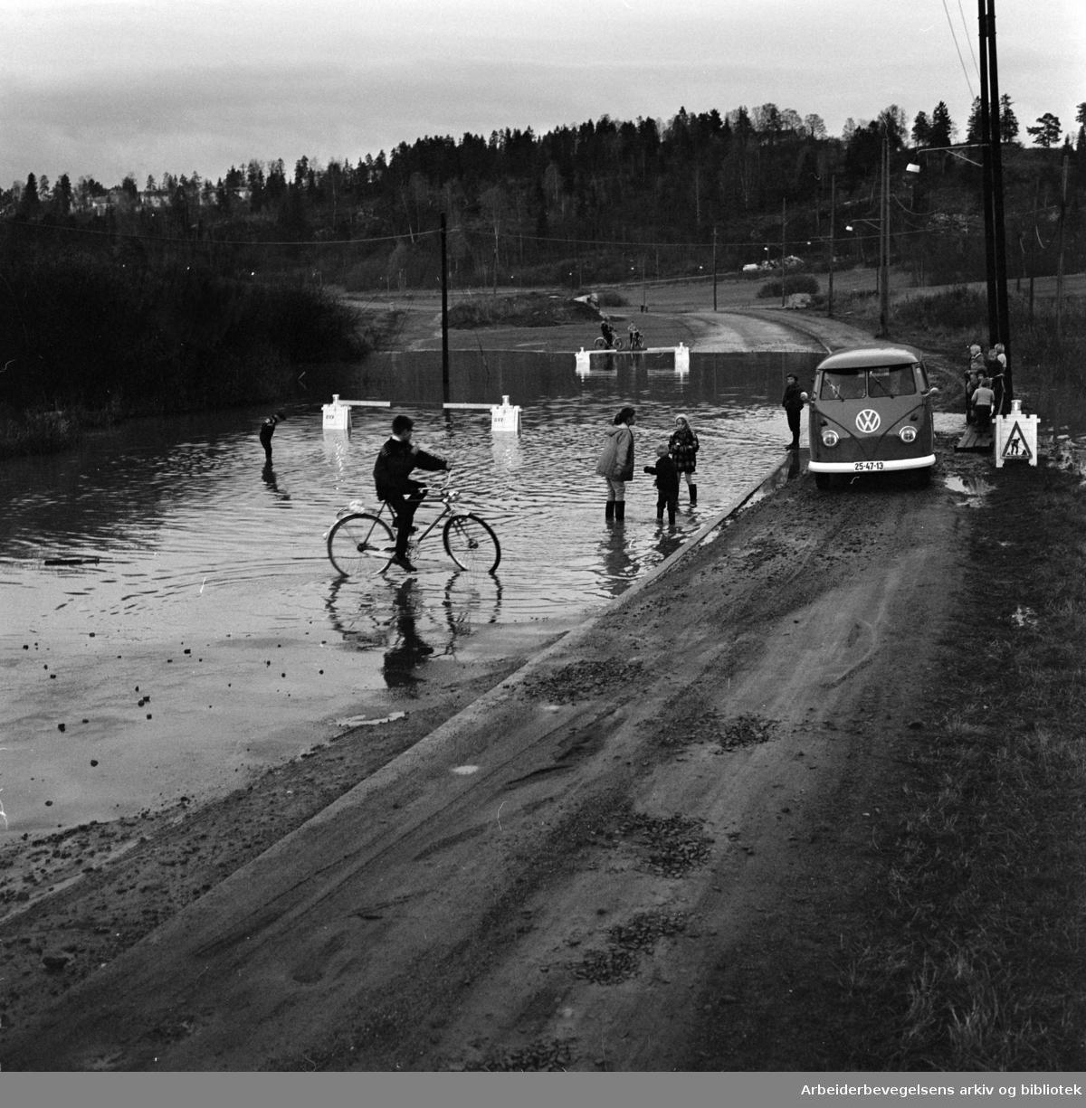 Østensjøveien synker stadig lenger ned i myra, så her må det bygges bru. Oktober 1961