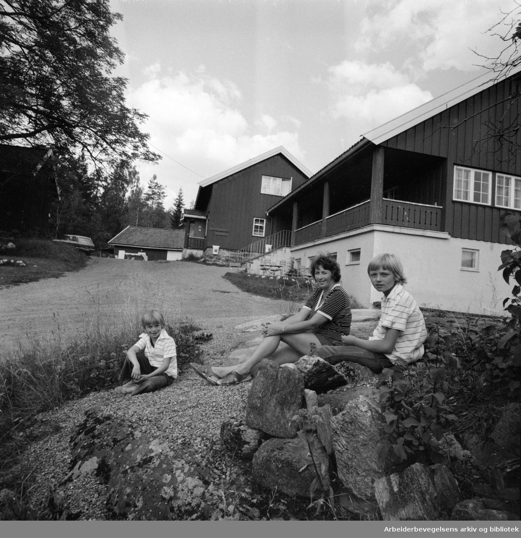 Østmarka: Sandbakken. Lisbeth Andersen sammen med sine to barn, Kari til venstre og Grethe utenfor Sandbakken Sportsstue. Gjester er det smått med, da svært mange ikke er oppmerksomme på at Sandbakken igjen er åpnet. September 1976