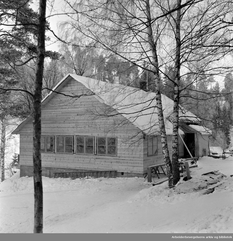 "Østmarka: Lysløypa ved Rustadsaga. Serveringsstedet ""Saghøy"". Januar 1959"