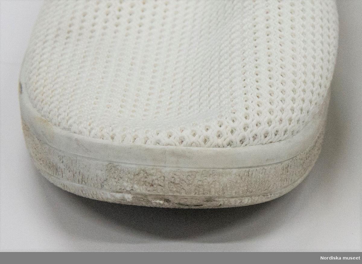 """Ett par skor, vita. Sula av mjukt konstmaterial, överdel av textil (troligen blandning av bomull/syntet). Ovantill nätliknande mjukt tyg. På bakkappan brun ögla i läder. Resår vid kanten av ovandelen. Fodrad med vit textil. Innersula av vit textil med brun skoning.  Etikett under ovandelen """"42 81-305036 GOFO"""" och på innersulan """"42 / Stepside"""". Under sulan storleksangivelse """"42"""".  På innersulan på den högra skon rester kvar efter prislapp med text """"Skopunkten..."""". /Leif Wallin 2017-07-13"""