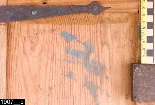 """Anmärkningar: Hörnskänkskåp i ett stycke, kurbitsmålat, 1800-talets första hälft.  Framskjutande avfasat krön. Spegelförsedd enkeldörr med nyckelskylt i järn. Invändigt ett hyllplan med en horisontal anordning i trä, sannolikt för att placera skedar i (bild 1907__d). På båda sidor finns en ögla i järn. Invändigt ett lås i järn. På insidan av dörren finns anteckningar direkt på träet. På den övre delen står det """"Pastorat[?]"""" och därunder i rödkrita """"1810 J E S"""" (bild 1907__b). Längst ned på dörren står det """"O P S 16 marker jern"""" samt """" [?] af Till prosten 1 Rd 2 [?] banco (bild 1907__c). Framskjutande skänkskiva. Spegelförsedd enkeldörr med nyckelskylt i järn. Invändigt ett hyllplan och ett lås i järn. Kälad sockellist. H:1350 Br:755 Dj:460  Måleriet är utfört av en dalmålare. Dalfolkets arbetsvandringar är väl belagda inom forskningen. Man vet också att dalmålarna kunde röra sig på mycket stora ytor, t.o.m. till Norge och Finland. Att de tog sig ned till Västmanland råder det ingen tvekan om.  Tillstånd: Nycklar saknas till båda låsen. En spik samt en trädel är lös (bild 1907__e).  Historik: Gåva från GE Hedberg, Tullsta, Kila sn."""