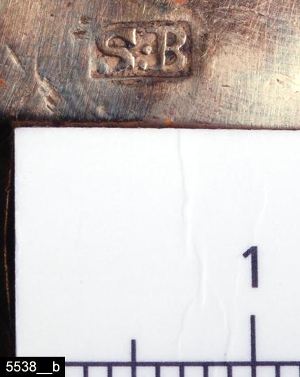 """Anmärkningar: Bunke, 1830-1850-tal.  Rund bunke med ett handtag. Invändigt är bunken förtennt. Undertill är bunken stämplad """"S:B"""" (bild 5538__b). Enligt en broschyr, utgiven av museet 2007 och benämnd """"Skultunastämplar 1800-2000"""", användes den typ av stämpel som finns på föremålet under 1830-50-talen. H:50 D:85  Tillstånd: Två mindre sprickor i sidan.  Historik: Inköpt tillsammans med invnr. 5537 från hemmansägare C.A. Stenström, Nibble, för 10 kronor 1927. Enligt liggaren uppgav säljaren att hans far fått den som leksak för """"75-80 år sedan"""" d.v.s. i mitten av 1800-talet."""