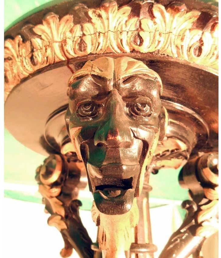 Anmärkningar: Piedestal av trä. Snidad i svart och guld, ornerad med akantusblad och lejonmaskaroner. Står på tre fötter. Rund platta upptill. Gåva av Adolf Nymans sterbhus genom advokat R. Nyman.