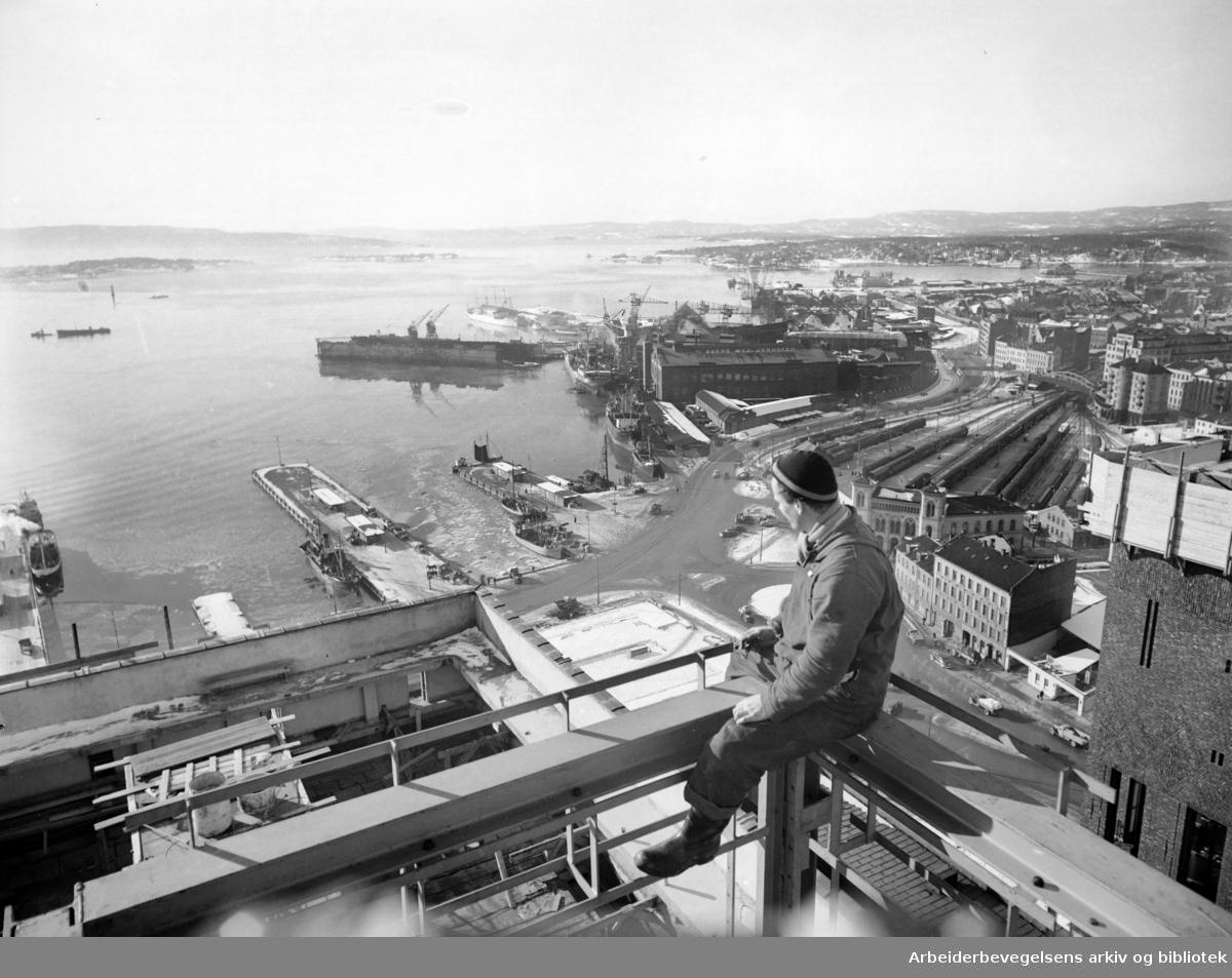 Rådhuset under bygging. April 1950