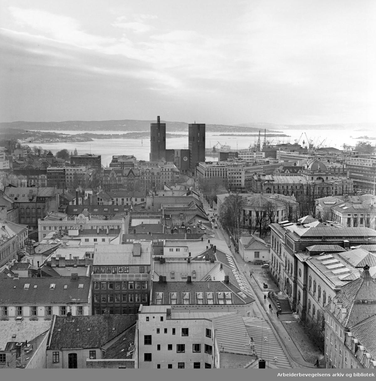 Rådhuset sett fra Telegrafbygget i Pilestredet. Februar 1962