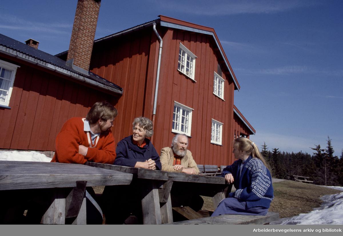 Nordmarka: Skjennungsstua. Hanne og Bjørn Stenen (t.h.), Marit Wikholm og Ola Vaagbø. Mai 1988