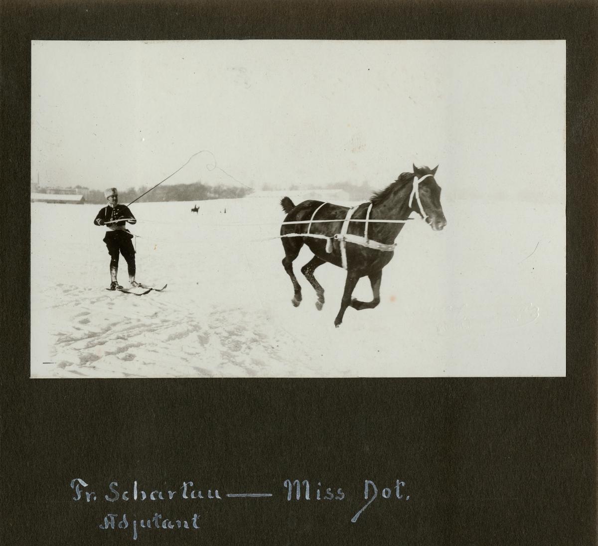 "Text i fotoalbum: ""Fr. Schartau (adjutant) – Miss Dot""."