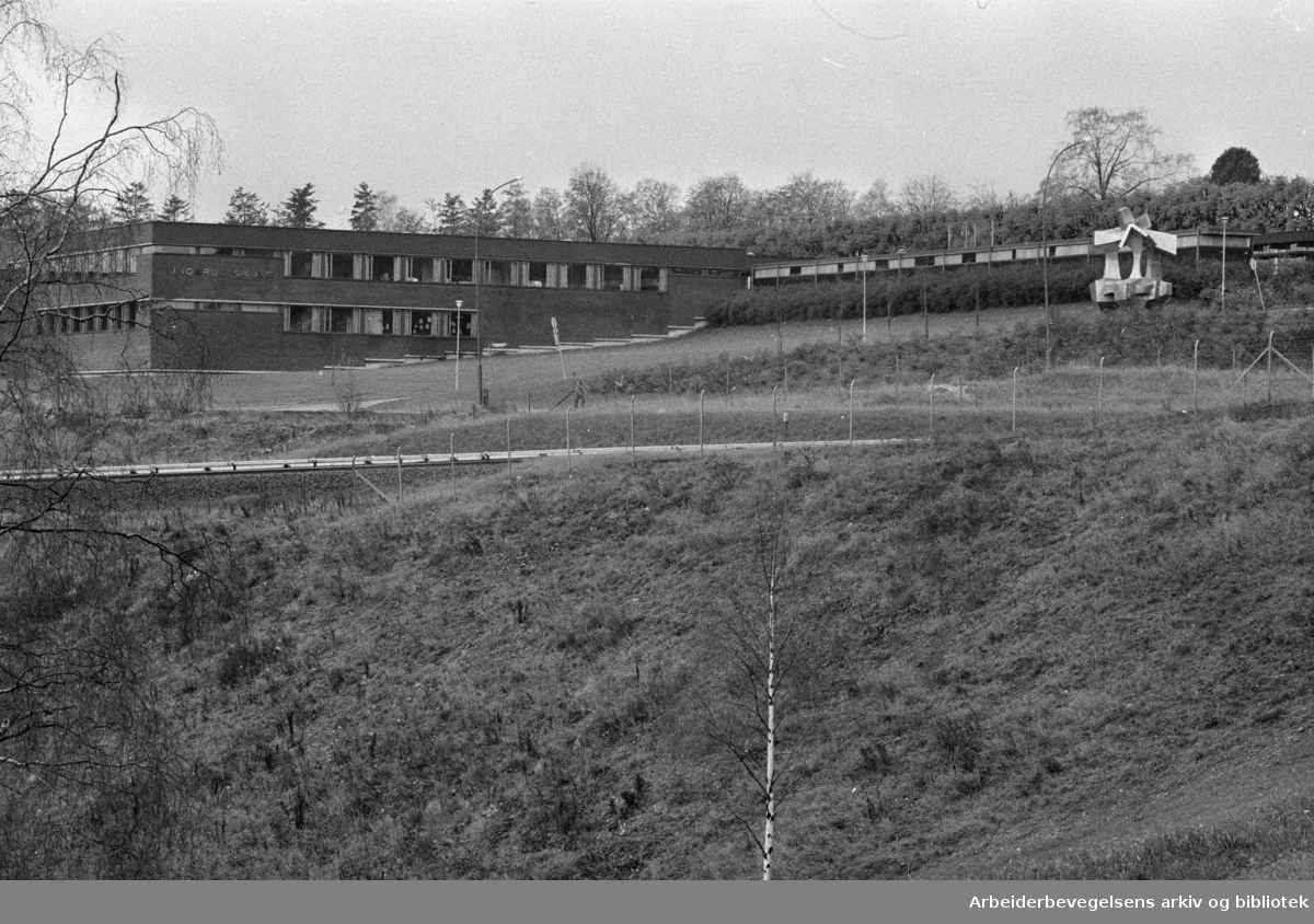Linderud folkeskole. Lærerne vil ha tunnel under vei og T-bane til idrettsplassen. Oktober 1974