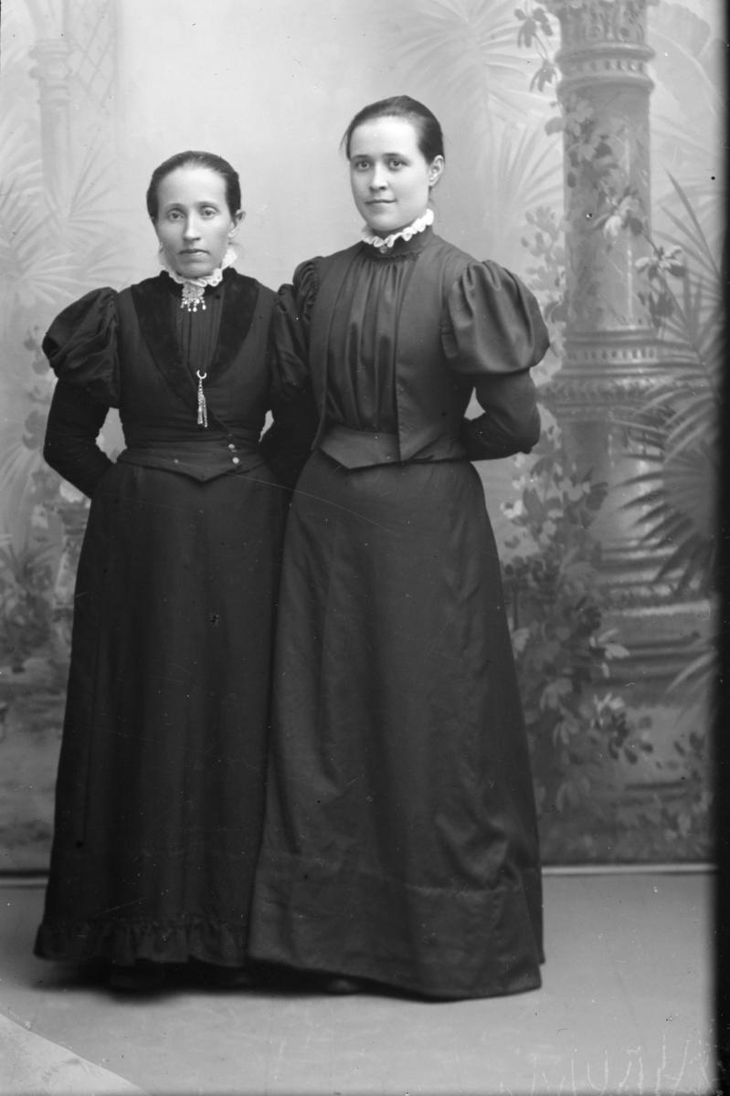 Portrett av Kari Dahl (Dahle) til høyre og Thea Myhrum til venstre.