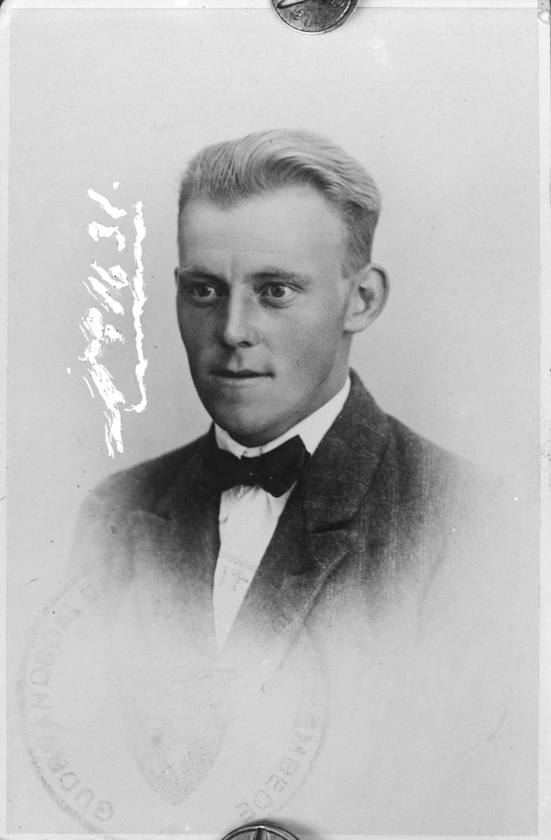 Portrett av ukjent mann - fra pass- eller førerkortfoto