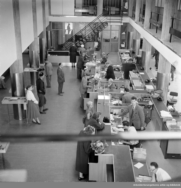 Landsbanken. Arbeidernes Landsbank på Youngstorget i nye lokaler. Juni 1958
