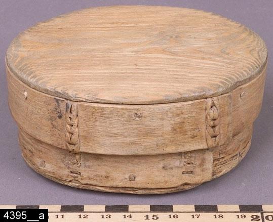 Anmärkningar: Svepask, 1800-tal.  Oval svepask med lock. Invändigt är asken tom (bild 4395__b). H:60 L:120 Dj:90  Enligt liggaren bestod inventarienumret ursprungligen av 3 poster. En post har försvunnit. Följande kommer från en äldre registrering: Två askar. 1.Den större har fogar flätade med vidjor. 2. Den mindre har nitade fogar.  H. 55. Br. 80. L. 115. I samband med stiftelseupplösningen 2005 överläts denna till Vallby Friluftsmuseum.  Tillstånd: Ett hål i botten (troligen råtthål).  Historik: Gåva från Gustaf Bovin, Ramnäs sn, Usträngsbo, 1925-03-06.