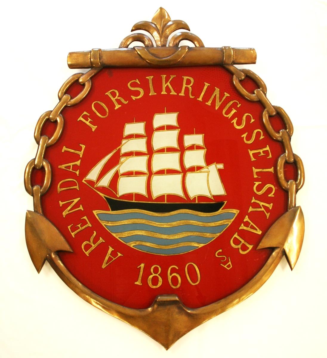"""Skiltet har rød bakgrunn, og viser en sort fullrigger med hvite segl, som segler på blått hav. Rundt skipet står det: """"Arendal forsikringsselskab AS 1860"""" i gullfarvede bokstaver."""