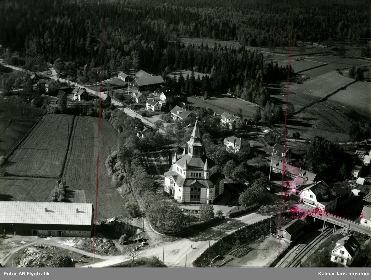 Vykortsförlaga, flygfoto över Örsjö kyrka.