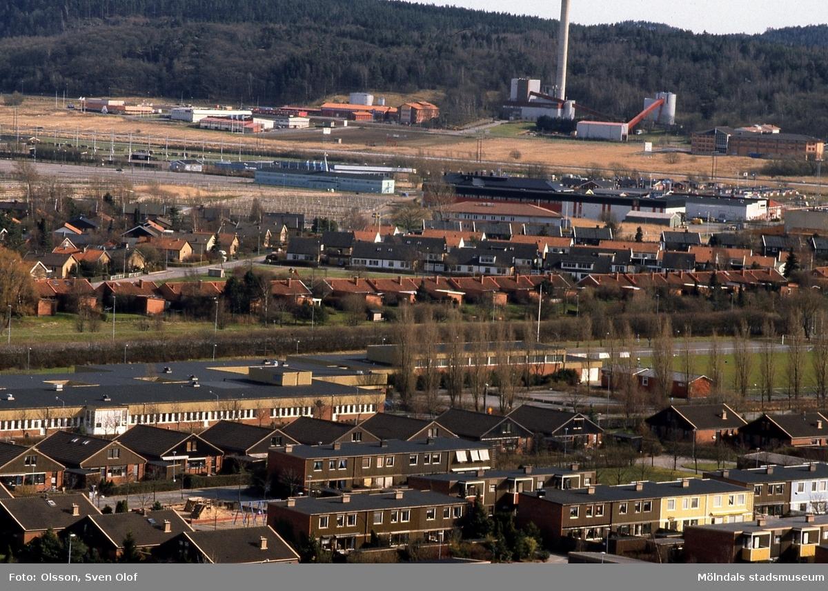 Vy från Jungfruhoppet mot Kärra och Riskullaverket i Mölndal, april 1992. Däremellan ses bebyggelse i Fässberg, Solängen och Åby. FD 5:32.