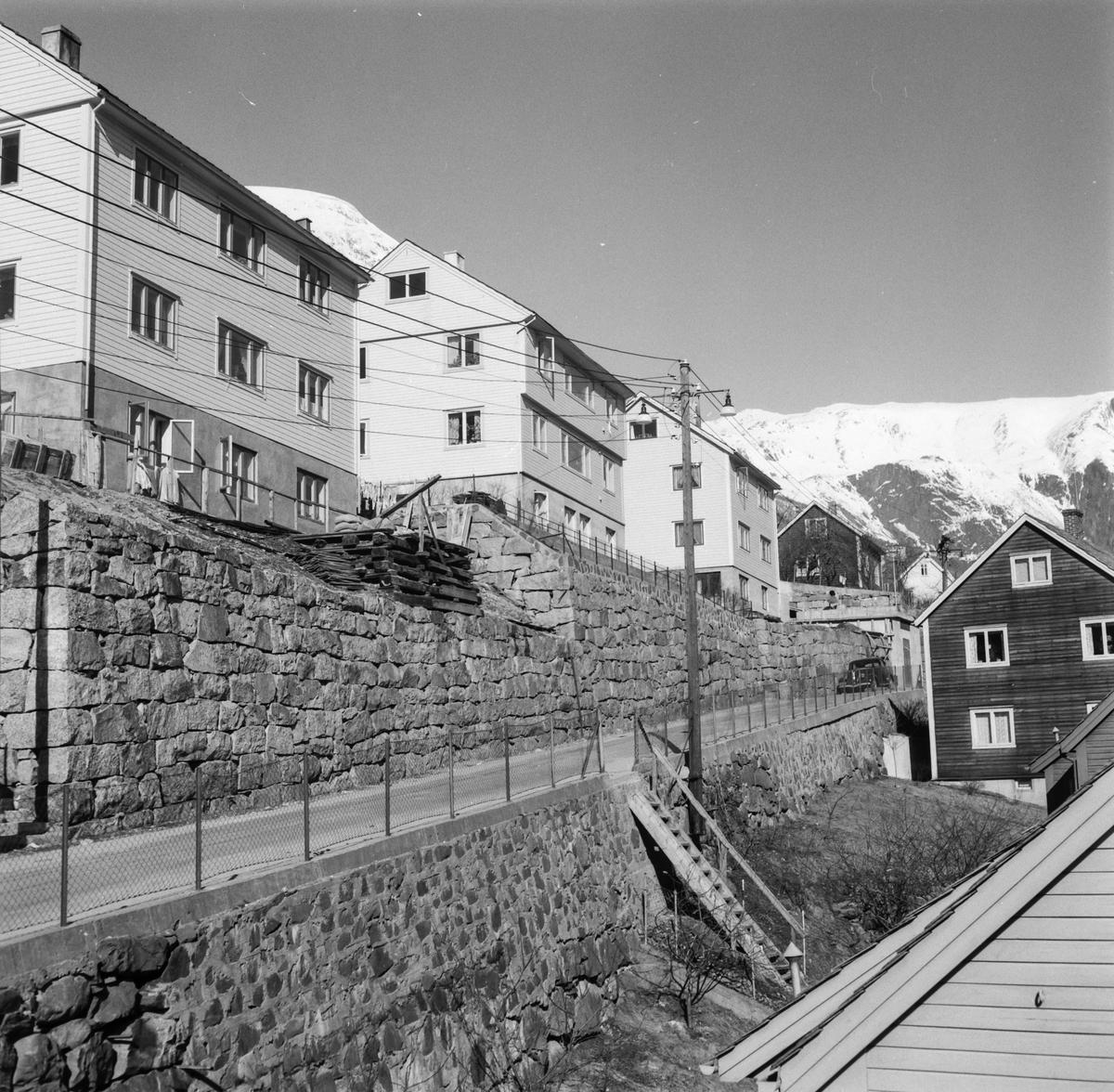 Kalvanes, bustadhus, snødekte fjell, stolpar, trapp, bil
