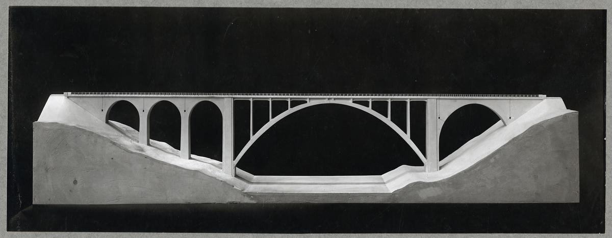 Modell av järnvägsbro av järnbetong över Öreälven.