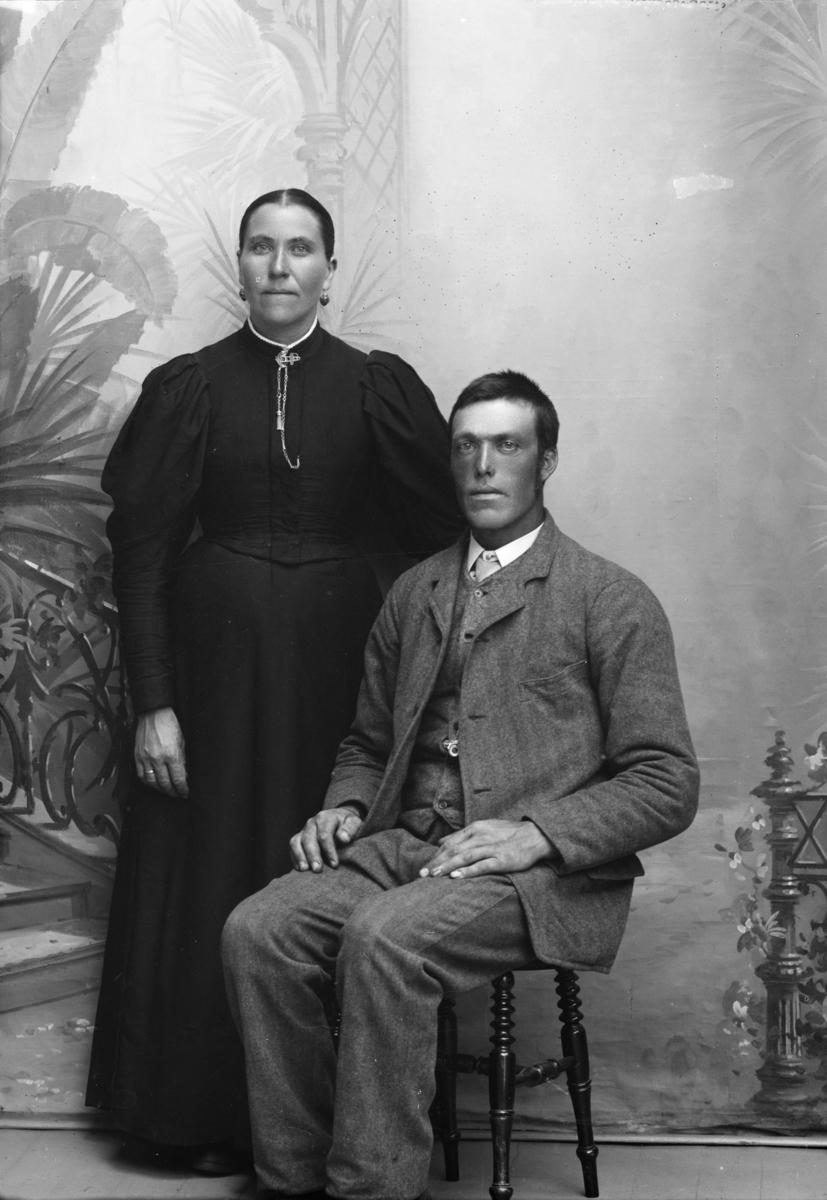 Portrett av kvinne og mann. Maria Hansen Stokke og Amund Nerjordet.