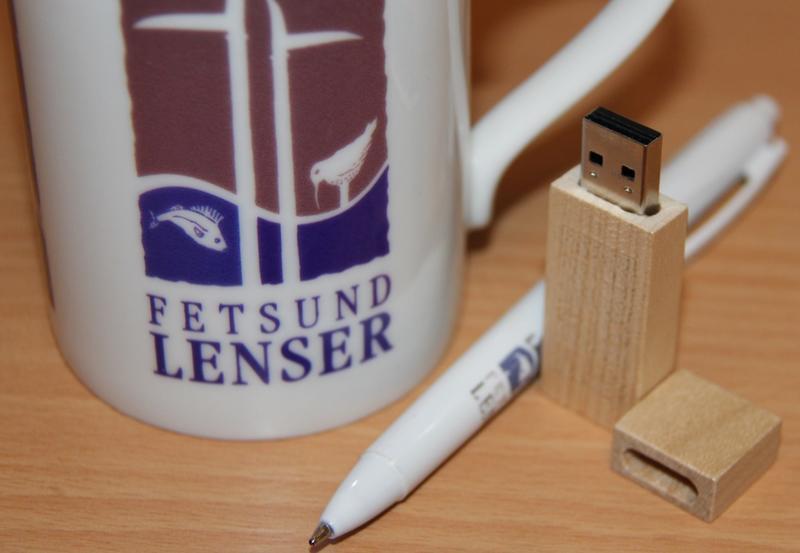 Nærfoto av lensekopp, penn og minnepinne - alt med Fetsund lenser logo (Foto/Photo)