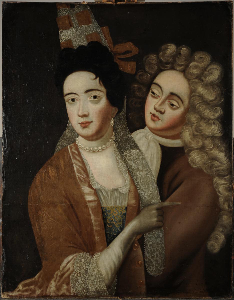 Mann og kvinne. Halvfigur. Kvinne foran, kledd i gyllen rokokkokjole, mørkt hår. Mannen kledd i brun frakk, hvitt halstørkle. Lang krøllet grå parykk.