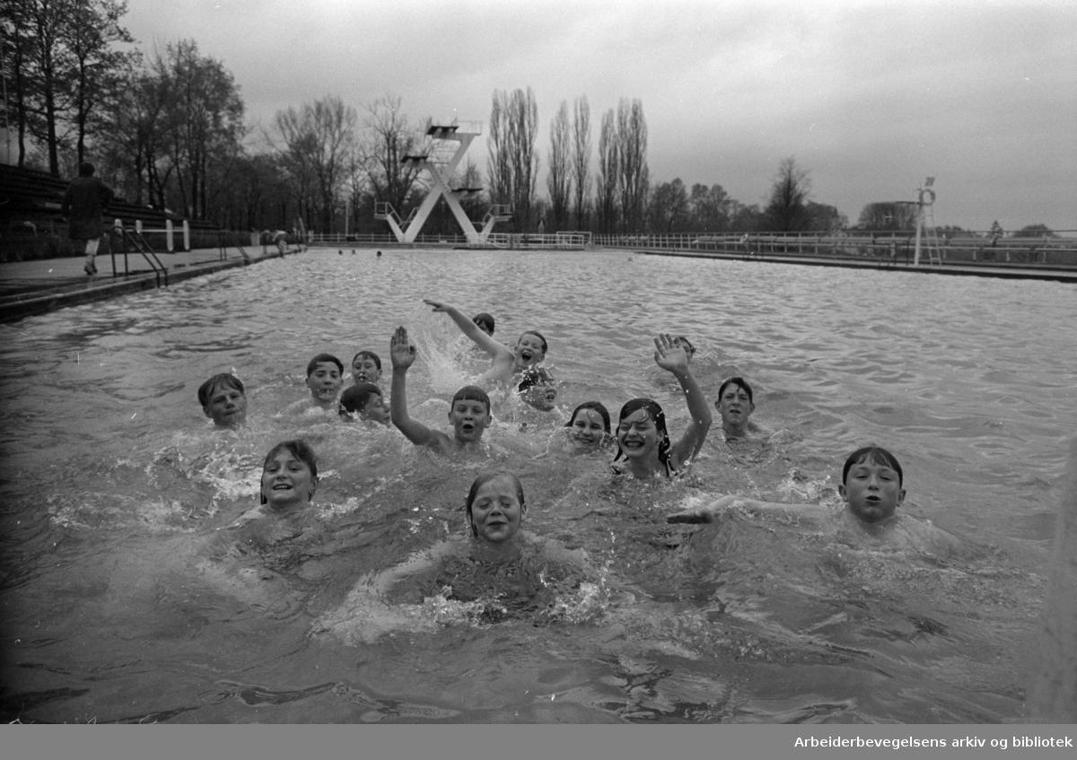 Frognerbadet. Portene på Frognerbadet åpnet. Mai 1967