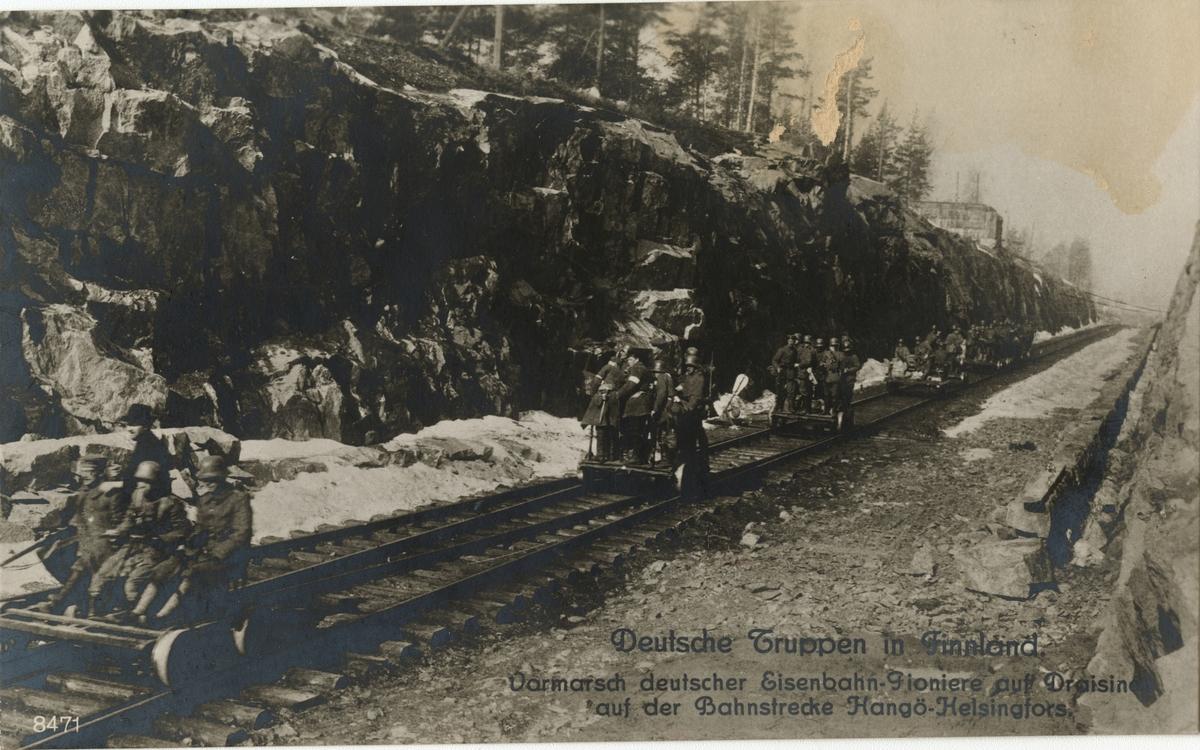 """Text i fotoalbum: """"Tyska trupper i Finland. Tyska järnvägspionjärers frammarsch på järnvägslinjen Hangö-Helsingfors""""."""