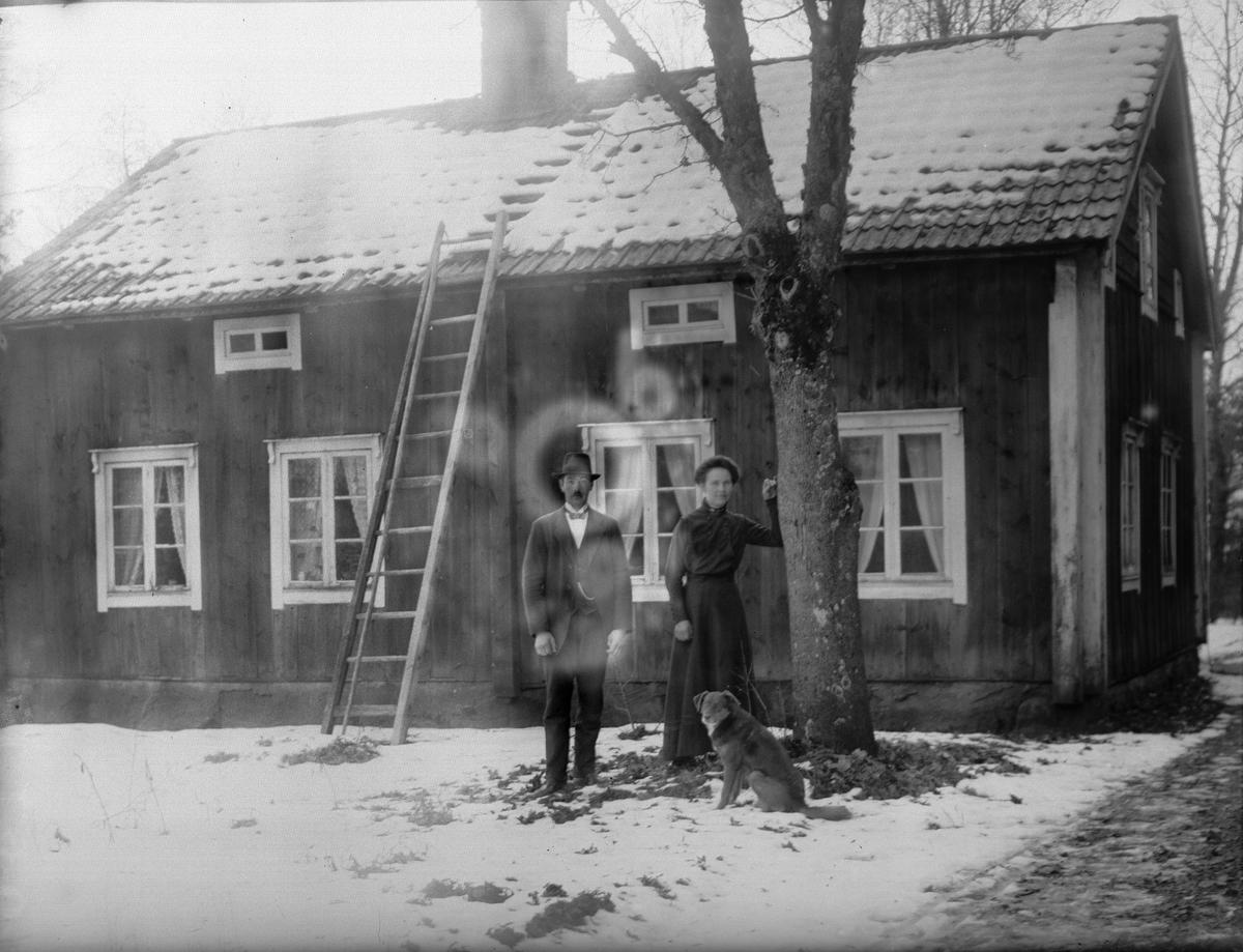 """""""Birger Gustafson med fru och hund utanför deras villa, Göksbo"""", Altuna socken, Uppland 1919"""