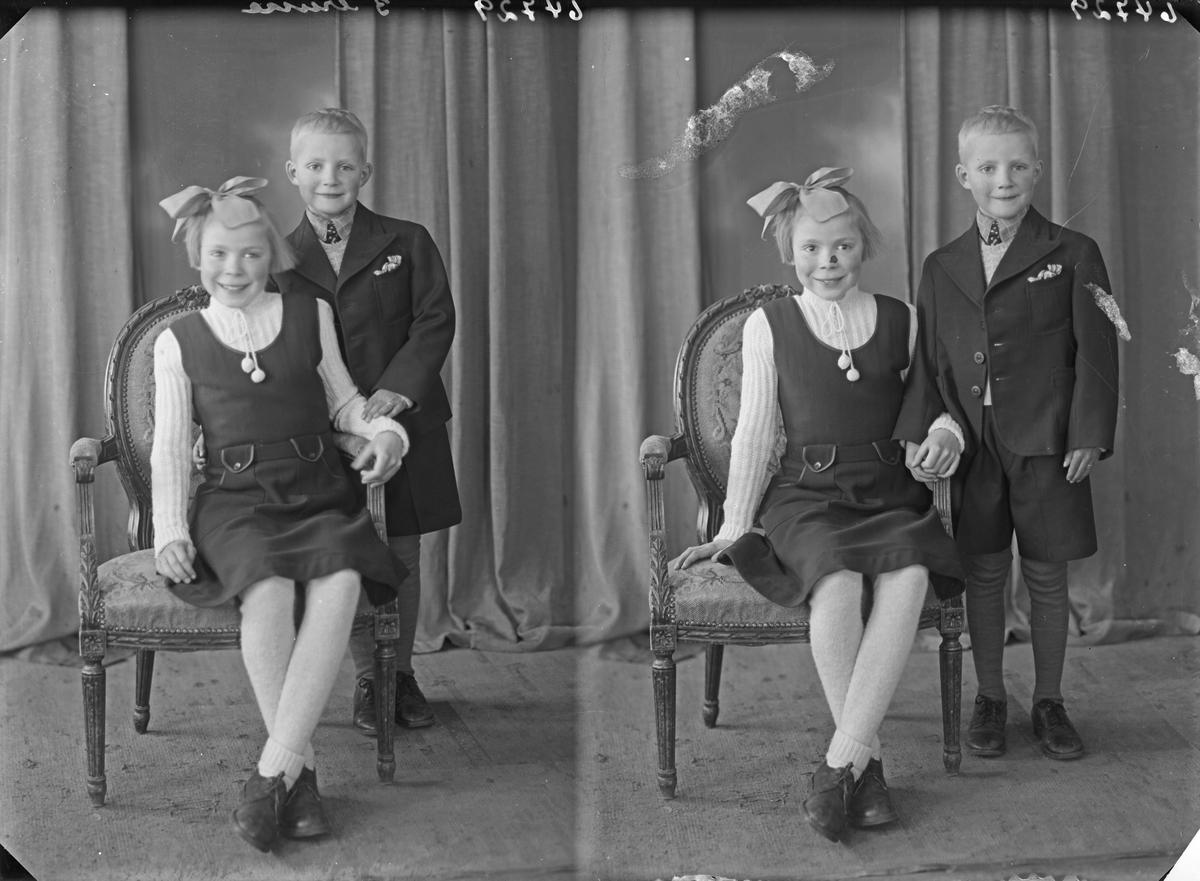 Portrett. Familiegruppe på to. To barn. Pike og gutt. Bestilt av Bjarne Netland. Kirkegt. 177.