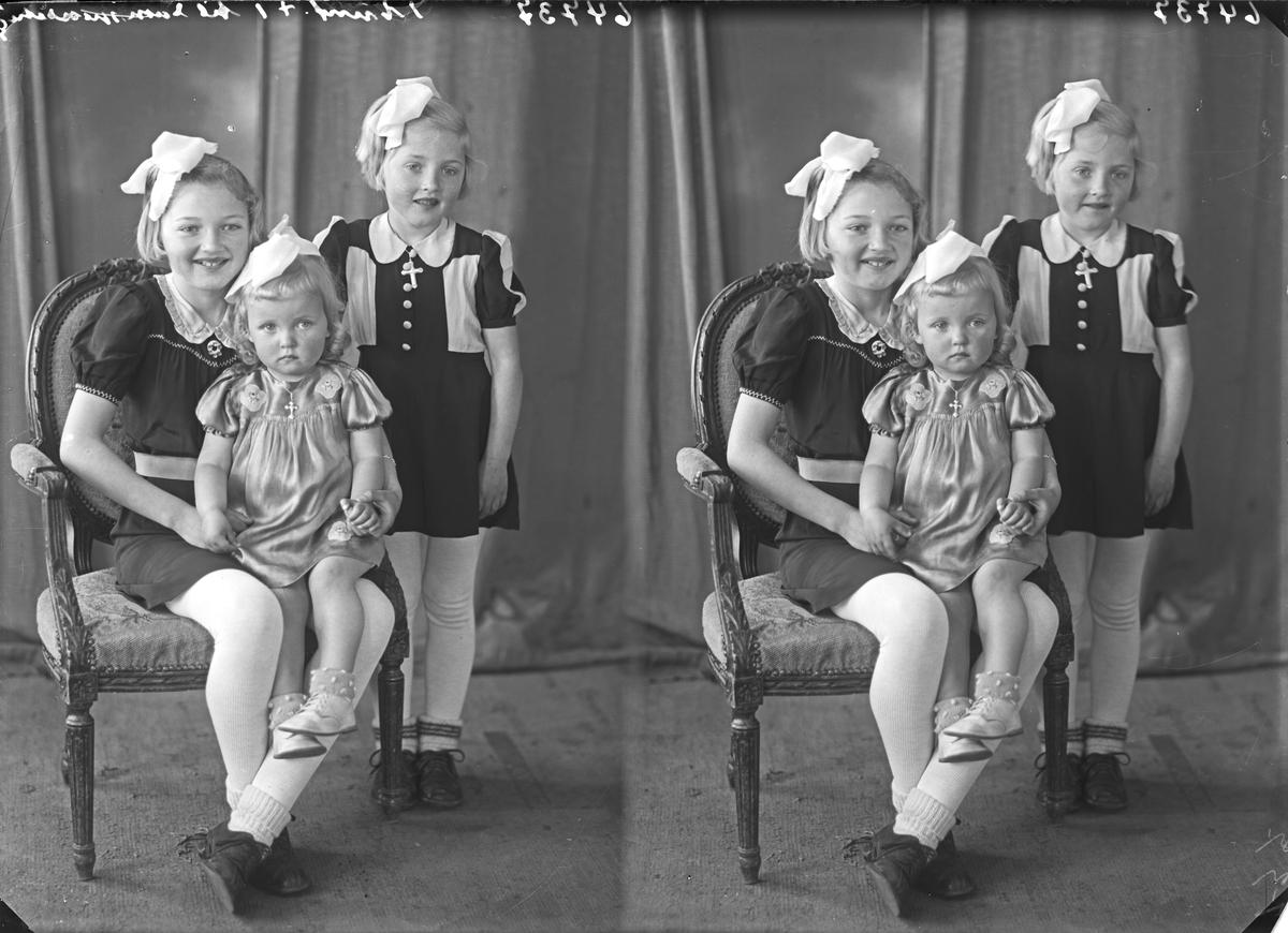 Portrett. Familiegruppe på tre. Søstre. Varierende alder. Bestilt av Herman Skåleskog. Mølstrevåg.