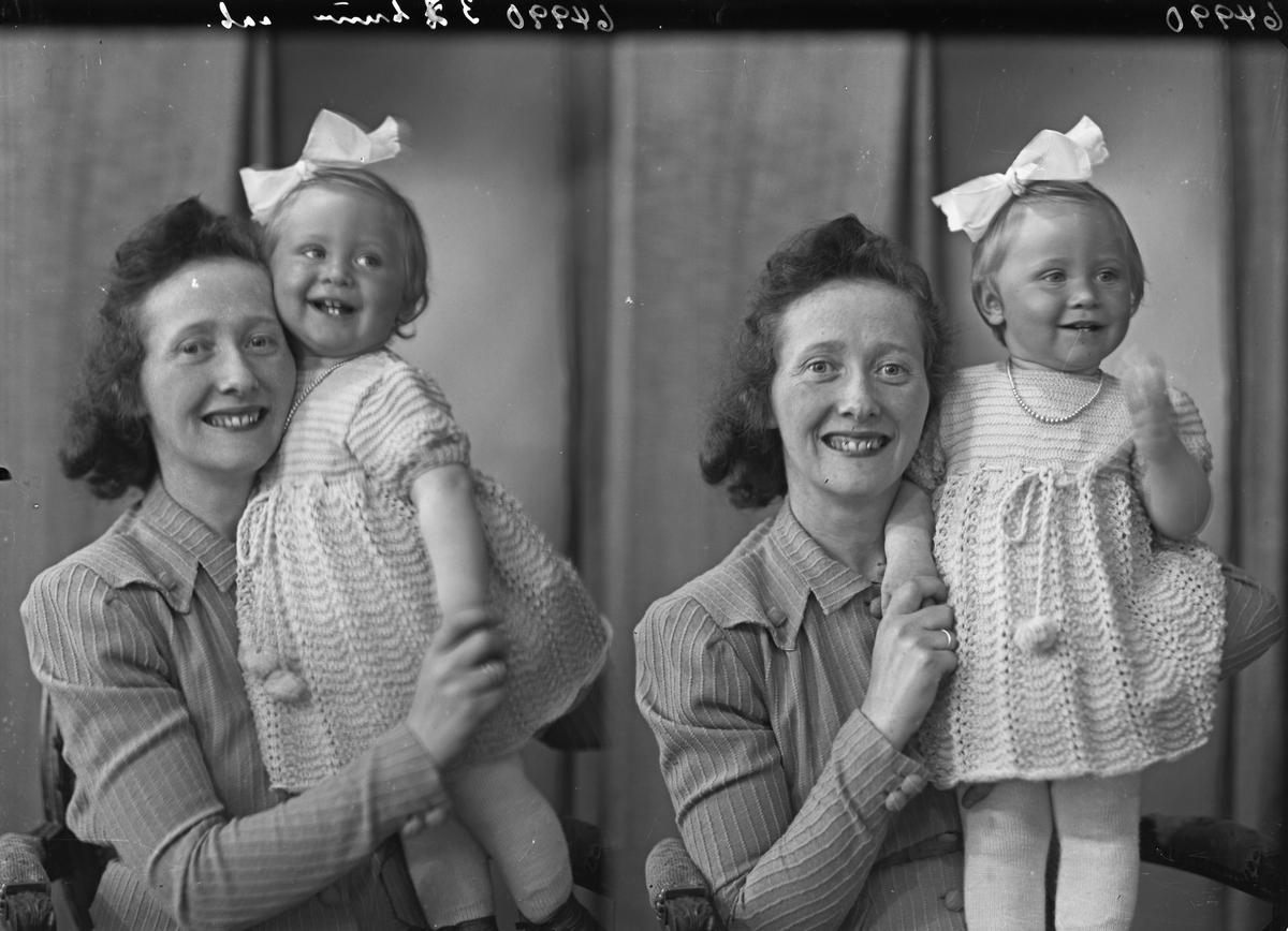 Familiegruppe på to. Ung kvinne og liten pike. Mor med datter. Bestilt av Fru Signe Øritzland