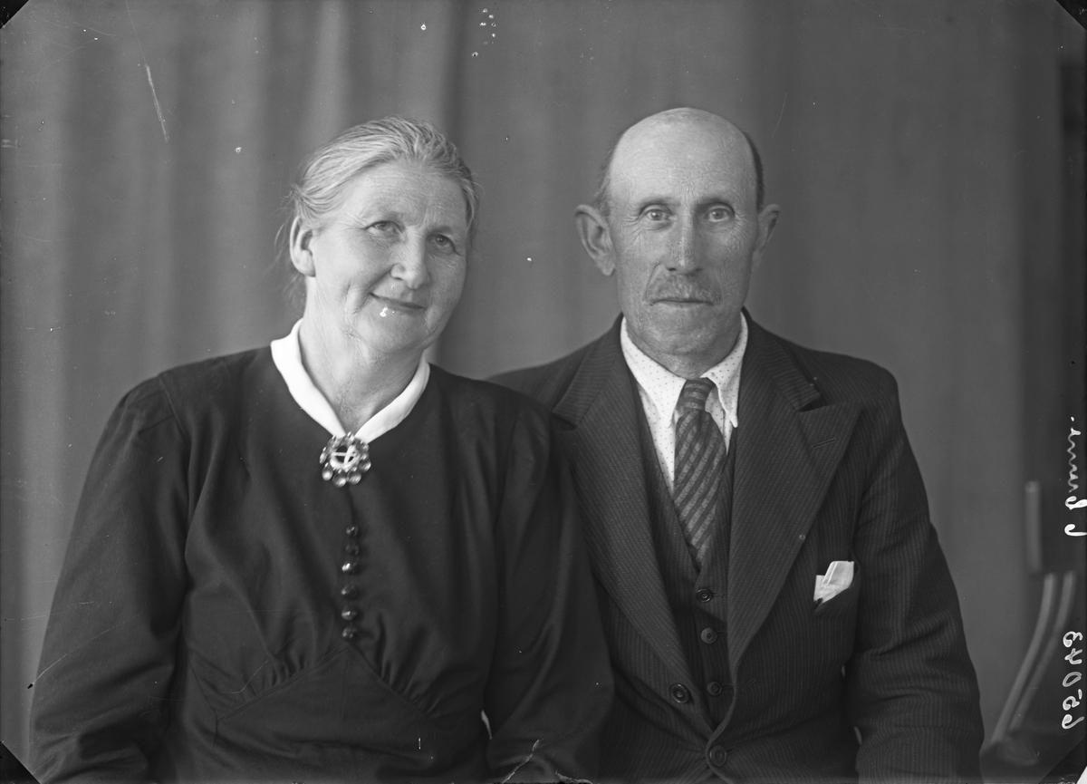 Gruppebilde. Familiegruppe på to. Eldre kvinne og mann. Bestilt av Tanrup Thorvik. Torvikabygd. Hardanger.