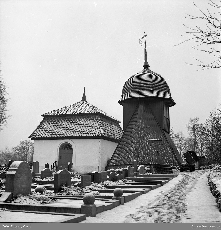 """Text till bilden: """"Kållereds kyrka. Kyrkegården söder om kyrkan. Almroths gravkor, byggt 1775. Klockstapel byggd 1827""""."""