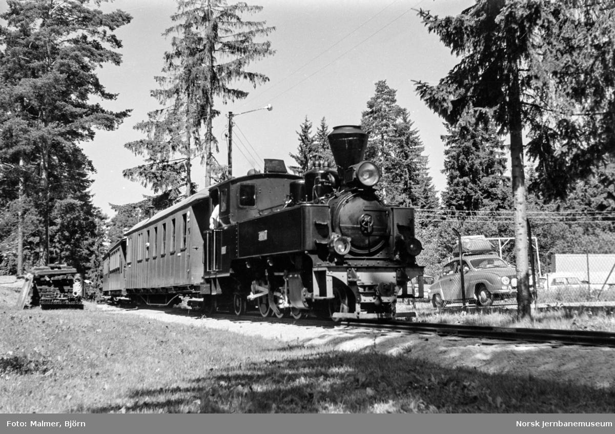 Tertitt-toget på Jernbanemuseet. Toget trekkes av damplokomotiv type XXIXb nr. 7 PRYDZ.